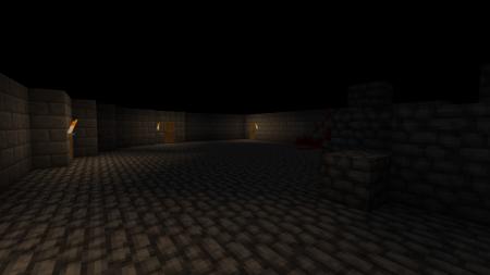 Un extrait de la salle principale et ses quelques portes