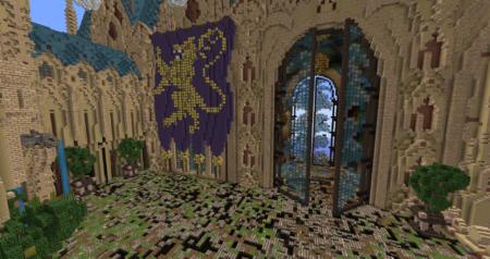 Une petite vue de l'intérieur, qui semble tomber en ruine.